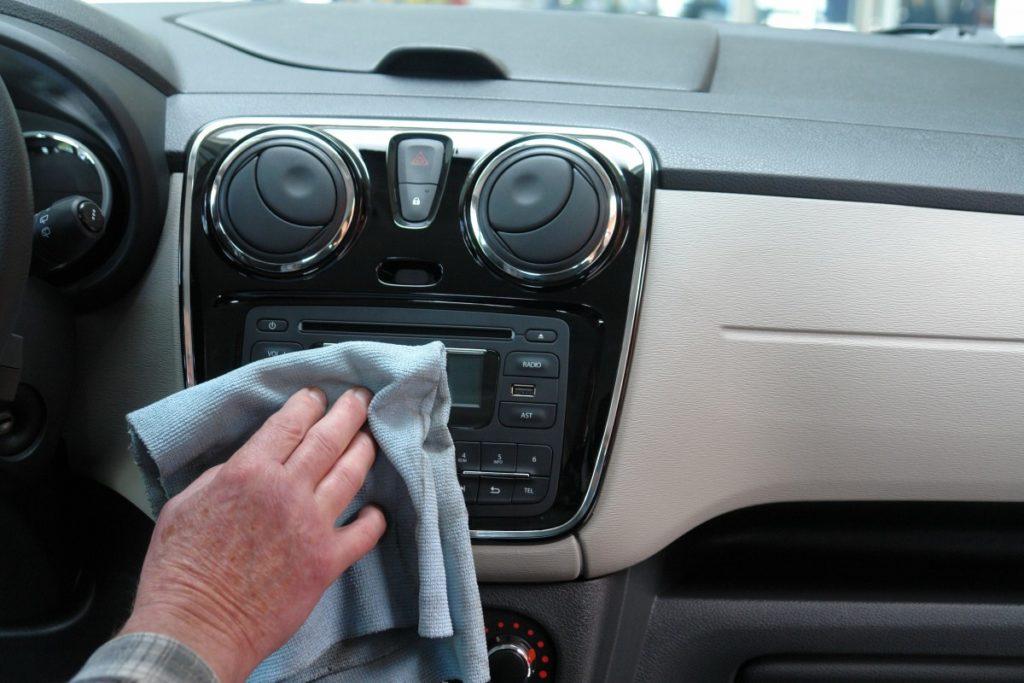 Nettoyer son véhicule fréquemment lors de l'épidémie de COVID-19 est un geste essentiel et facile à mettre en place.