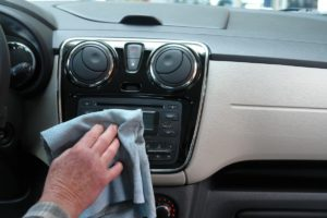 Nettoyage du tableau de bord de votre voiture